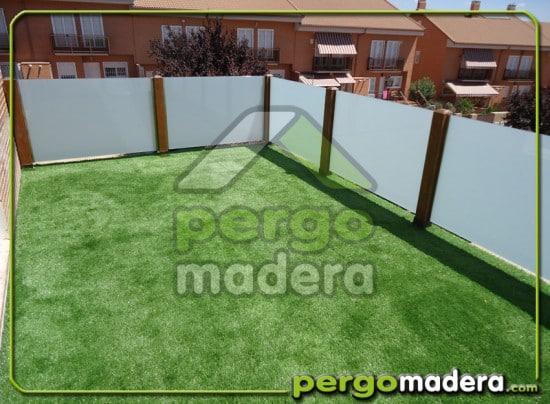 Terraza de madera con cesped artificial